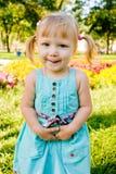 Kleines Mädchen in der Wiese der Blumen lizenzfreies stockfoto