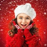 Kleines Mädchen in der Winterkleidung, denken an Sankt Roter Hintergrund Lizenzfreie Stockfotografie