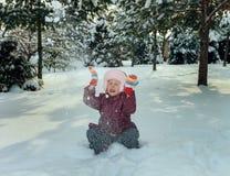 Kleines Mädchen in der Winterzeit Lizenzfreie Stockbilder