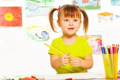 Kleines Mädchen in der Zeichenklasse Lizenzfreie Stockfotos