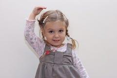 Kleines Mädchen des entzückenden Tanzens lizenzfreie stockbilder