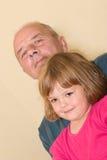 Kleines Mädchen des Großvaters stockbilder