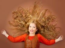 Kleines Mädchen des Herbstfalles auf braunem Hintergrund stockbilder