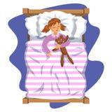 Kleines Mädchen des Karikaturlächelns, das im Bett mit Teddybären schläft Lizenzfreie Stockbilder