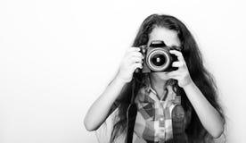 Kleines Mädchen des netten Brunette, das eine Fotokamera hält Lizenzfreie Stockfotografie