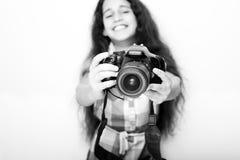 Kleines Mädchen des netten Brunette, das eine Fotokamera hält Lizenzfreies Stockbild