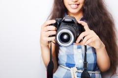 Kleines Mädchen des netten Brunette, das eine Fotokamera hält Stockbild