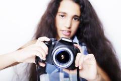 Kleines Mädchen des netten Brunette, das eine Fotokamera hält Stockfotos