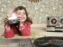 Kleines Mädchen des Retro- Fotos der Kamera im Weinleseraum Stockfotografie