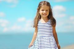 Kleines Mädchen des Sommerporträts im Kleid Lizenzfreies Stockbild
