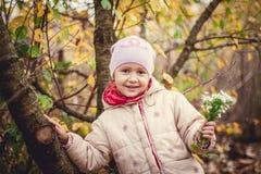 Kleines Mädchen draußen Lizenzfreie Stockbilder