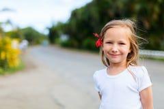 Kleines Mädchen draußen Lizenzfreie Stockfotos