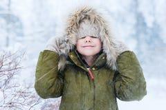 Kleines Mädchen draußen auf Winter Stockbild