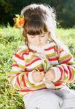 Kleines Mädchen draußen am Herbst-sonnigen Tag Stockbilder