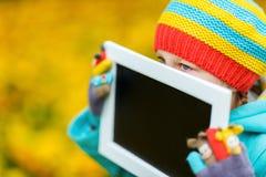 Kleines Mädchen draußen am Herbsttag Stockfoto