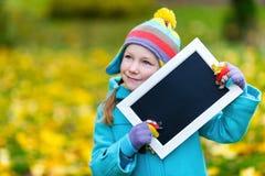 Kleines Mädchen draußen am Herbsttag Lizenzfreie Stockfotos