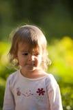 Kleines Mädchen draußen im Frühjahr Stockfotos