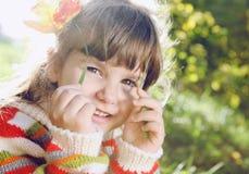 Kleines Mädchen draußen am sonnigen Tag Lizenzfreies Stockbild