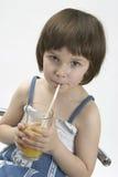 Kleines Mädchen drinkig Saft Lizenzfreie Stockbilder