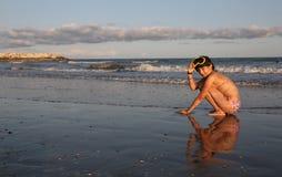 Kleines Mädchen duckte sich durch das Meer mit einer Tauchmaske Lizenzfreies Stockfoto