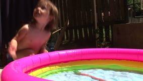 Kleines Mädchen durch das Pool 01 stock video