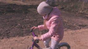 Kleines Mädchen durch Fahrrad auf Weg im Park stock video footage