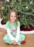 Kleines Mädchen durch Weihnachtsbaum Lizenzfreies Stockbild