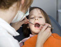 Kleines Mädchen durch Zahnarzt stockfotografie