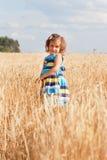 Kleines Mädchen in ein Sommer sundress Stockfotos