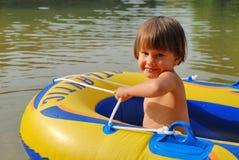 Kleines Mädchen in einem aufblasbaren Boot Lizenzfreie Stockfotografie