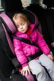 Kleines Mädchen in einem Autositz Stockfotos