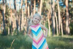 Kleines Mädchen in einem bunten Kleid Lizenzfreie Stockfotos