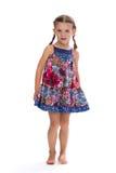 Kleines Mädchen in einem bunten Kleid im Studio Lizenzfreie Stockfotografie