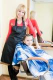 Kleines Mädchen in einem Friseursalon Lizenzfreie Stockfotografie