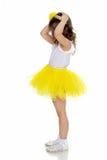 Kleines Mädchen in einem gelben Rock und in einem weißen T-Shirt Lizenzfreie Stockfotos