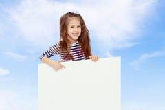 Kleines Mädchen in einem gestreiften Kleid Stockfotografie
