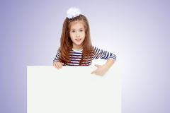 Kleines Mädchen in einem gestreiften Kleid Stockfotos