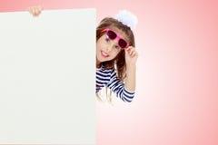 Kleines Mädchen in einem gestreiften Kleid Lizenzfreies Stockfoto