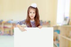 Kleines Mädchen in einem gestreiften Kleid Lizenzfreie Stockfotografie