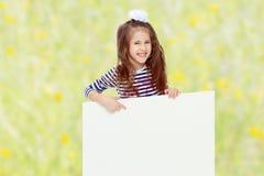 Kleines Mädchen in einem gestreiften Kleid Stockfoto