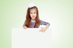 Kleines Mädchen in einem gestreiften Kleid Lizenzfreie Stockbilder