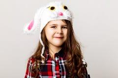 Kleines Mädchen in einem Kaninchenhut Stockbild