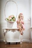 Kleines Mädchen in einem modernen Luxuxinnenraum Lizenzfreies Stockfoto