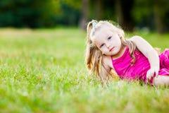 Kleines Mädchen in einem Park lizenzfreie stockfotos