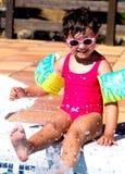 Kleines Mädchen in einem Pool Stockfotografie