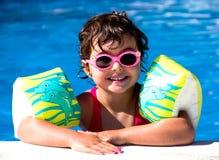 Kleines Mädchen in einem Pool Stockbilder