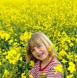 Kleines Mädchen in einem rapefield Stockbild