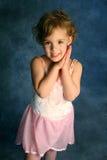 Kleines Mädchen in einem rosafarbenen Ballettröckchen stockfotografie