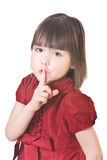 Kleines Mädchen in einem roten Kleid sagt Stille! Stockfoto