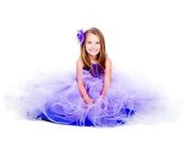 Kleines Mädchen in einem schönen purpurroten Kleid stockbilder